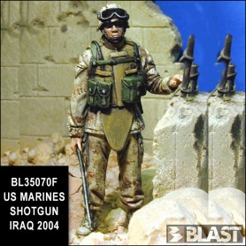 BL35070F - US MARINES SHOTGUN IRAQ 2005*